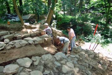 Frühjahrsputz: Die im Vorjahr freigelegten Ostmauer des Palas muss gründlich gesäubert werden.