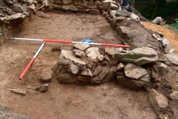Beim Säubern zeigte es sich, dass das Untergeschoss des Palas durch schlampig ausgeführte Zwischenmauern unterteilt wurde.