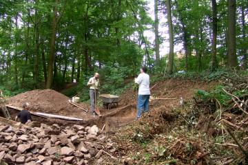 Der Schnitt durch den Graben erweist sich als wesentlich mühsamer als ursprünglich angenommen - alleine schon deshalb, weil er mindestens doppelt so tief ist wie der im letzten Jahr untersuchte Grabenbereich.