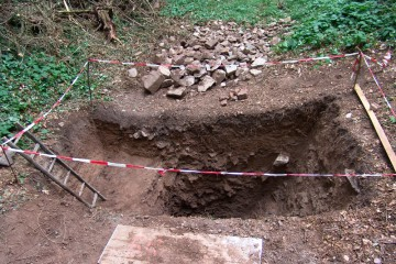 Im Grabenschnitt zeichnen sich nun deutlich die Spuren von drei verschiedenen Einfüllungen ab. Zudem zeigt sich, dass man den Graben im Bereich des ehemaligen Palas tief in den Felsen gehauen hat.