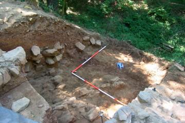 Beim Säubern des Areals südöstlich des Palas stießen wir auf ein Gräbchen, in dem ursprünglich eine Holzpalisade stand.