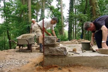 Die Ecksteine für die Rekonstruktion des Wohnturmfundaments werden gesetzt.