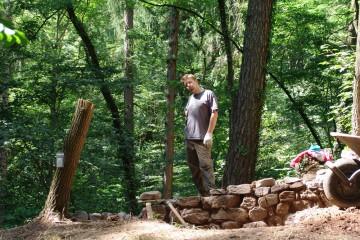Ein Männlein steht im Walde ... Der Praktikant Francois aus der französischen Partnergemeinde Marc bei Calais nimmt an den Ausgrabungen auf der Ketzelburg teil.