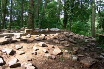 Vor der Rekonstruktion des Wohnturms werden die bei den Grabungen gefundenen Steine ausgelegt, um sie bei Bedarf in dem Mauergeviert zu verbauen.