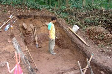 Beim Säubern der Profile im Burggraben wird deutlich, dass die mittelalterliche Aufschüttung des äußeren Walls wesentlich höher war, als bislang angenommen. Ein großes Pfostenloch erhärtet die Vermutung, daß die Wallkrone dort ursprünglich mit einer hölzernen Pallisade bewehrt war.