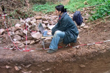 Mittelalter meets Hightech: Kaum ausgegraben werden die geputzten Profile im Burggraben auch schon dokumentiert.