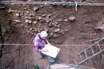 Nachdem der Graben in einer Breite von zwei Metern freigelegt wurde, beginnen wir unverzüglich mit der Dokumentation.