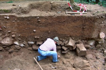 Kein Job für Ungeduldige: Erst nach tagelangem Säubern zeichnen sich zahlreiche Erdschichten im Profil ab. Sie belegen, dass an dieser Stelle im Mittelalter über Jahrzehnte hinweg immer wieder gebaut und umgebaut wurde.