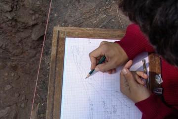 Dokumentation des Grabenprofils für die Nachwelt mit Hilfe einer maßstabsgerechten Zeichnung