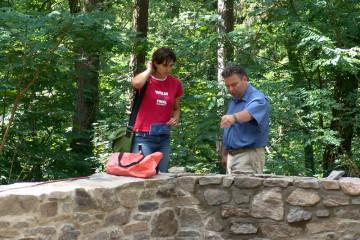 Dr. Gerhard Ermischer vom Archäologischen Spessartprojekt erläutert die Rekonstruktionsarbeiten.