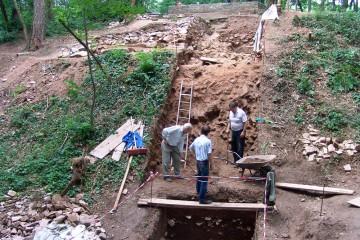 Zwischen dem Burgplateau und dem tiefen Sohlgraben wurde der Felsen vor 800 Jahren sehr steil abgetragen.