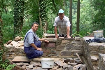 Ein Erinnerungsstein wird in die Fundamentrekonstruktion des Wohnturms eingelassen.