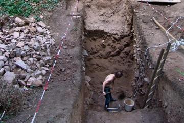 Erst gegen Ende der Grabung wird die Mächtigkeit des Burgstalls Ketzelburg in vollem Umfang sichtbar.