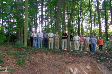 Der Gemeinderat von Haibach überzeugte sich vor Ort von den Ergebnissen der diesjährigen Grabungskampagne.