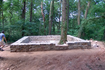 Parallel zum Abschluß der Ausgrabungsarbeiten konnte die Rekonstruktion des Fundaments des Wohnturms fertiggestellt werden.