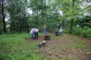 Die Grabungshelfer legen den ersten Schnitt 2014 im Bereich der geplanten Palisade an.