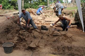 Dieter und Frauke beim Putzen des Steinversturzes im Palas