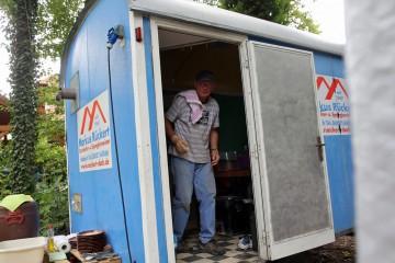 Peter ist für die Logistik und damit auch für das Geschirrspülen zuständig.