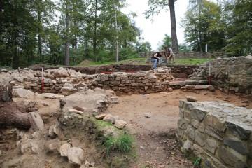 Im Palas werden die ersten Mauern dokumentiert.