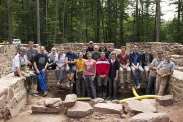 Das P-Seminar Archäologie des Friedrich-List-Gymnasiums Gemünden in den Ruinen des Klosters Elisabethenzell