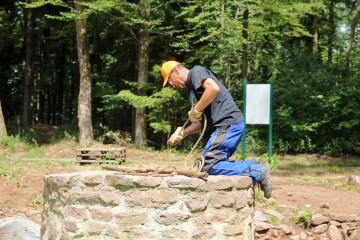 Bei der herrschenden Sommerhitze wird der mittelalterliche Brunnen wieder in Betrieb genommen - als Kühlschrank.
