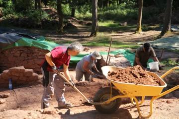 Freilegungsarbeiten nördlich des Kircheneingangs