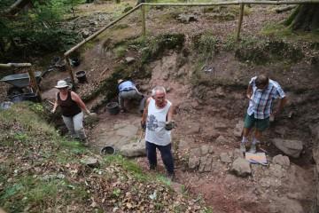 Vor dem Grabungsfest muss auch die 2012 angelegte Wegesondage wieder besucherfein gemacht werden.