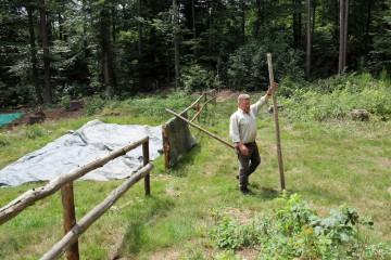 Ingbert kümmert sich um die Feinarbeiten im Bereich der hölzernen Absperrung.