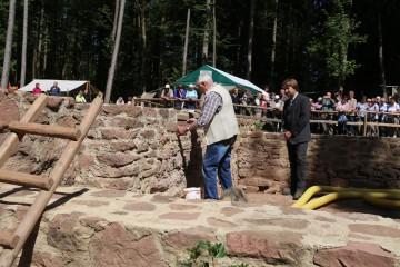 Höhepunkt des zweiten Tages des Grabungsfestes bildete die Grundsteinlegung im Chor der Kirche.