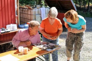 Begutachtung der Funde aus dem Teich durch Ingbert, Erika und Doris