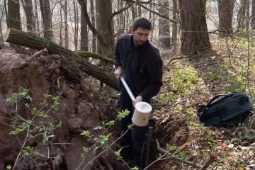 Vor Beginn der Grabungen wurden im Burgareal mit einem Sondagestab die Erdschichten analysiert. Es zeigte sich, dass an vielen Stellen unter einer dünnen Humusdecke bereits nach wenigen Zentimetern der anstehenden Felsen lag.