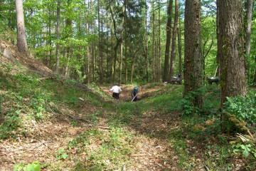 Einer der ersten Grabungsschnitte wurde 2004 in dem Graben östlich des Burgplateaus angelegt.