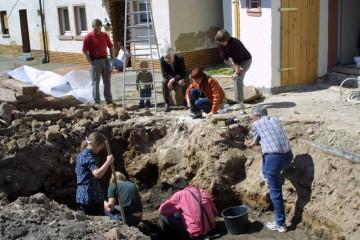 Anlässlich einer Untersuchung des Vorplatzes des Fuhrmann- und Schneidereimusems in Frammersbach im April 2003 konnte mit Hilfe von zahlreichen Fundstücken ein spätmittelalterliches Wirtschaftszentrum im Spessart nachgewiesen werden.