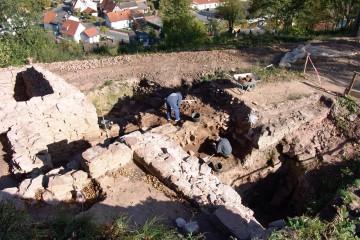 Umfangreiche Ausgrabungen auf der Bartenstein bei Partenstein führen zur Aufdeckung einer mehrphasigen Toranlage, die vom 13. bis an das Ende des 16. Jahrhunderts in Betrieb war.