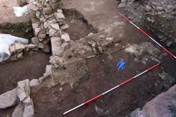 Als man zu Beginn des 13. Jahrhunderts die Ringmauer auf der Burg Bartenstein errichtete, mischte man den dafür benötigten Mörtel in Mörtelmischgruben unmittelbar vor der Mauer.