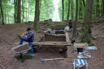 """Das """"Alte Schloss"""" in Kleinwallstadt wurde möglicherweise von den Grafen von Rieneck im Konflikt mit den Kurfürsten von Mainz erbaut. Von der Anlage hatte sich obertätig lediglich die Ringmauer der Hauptburg erhalten."""