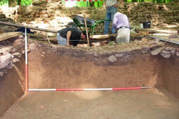 """Welche Spuren die Raubgrabungen auf dem """"Alten Schloss"""" hinterlassen haben, zeigt sich an einem im Jahre 2006 ergrabenen Profil: Das Bodenniveau wurde unter den ursprünglichen, mittelalterlichen Laufhorizont abgetragen. Dieser Schurf wurde seinerseits in den 90er Jahren des 20. Jahrhunderts von einem weiteren, ebenfalls nicht dokumentierten Suchschnitt durchschnitten."""