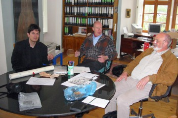 Stets im Dialog: Vertreter des Archäologischen Spessartprojekts und der Unteren Denkmalschutzbehörde im Gespräch mit Friedrich Karl Freiherr von Hutten, dem Eigentümer der Huttenburg in Altengronau.