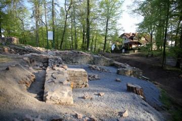 Die der Rekonstruktion der Wohnturmfundamente vorgelagerten Überreste des Palas bestimmen seit Frühjahr 2015 das Gesamtbild des Burgstalls in Haibach.