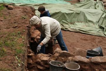 Julianne und Lokni präparieren Strukturen im Torbereich heraus.
