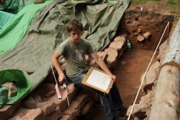 Nach Jahren des Schaufelns und Schubkarrenfahrens betätigt sich Lokni nun auch als Zeichner. Früh übt sich, wer Archäologe werden will.
