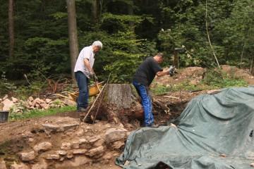 Horst und Roland nehmen es mit der achtzigsten Baumwurzel auf.
