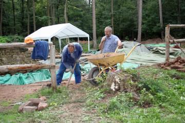 Zur Abwechslung dürfen Hans und Horst heute in sicherer Entfernung zu Bäumen arbeiten.
