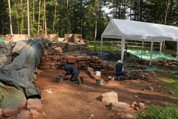 Die Feinarbeiten sind in die nächste Untersuchungsfläche gewandert - westlich der Kirche.