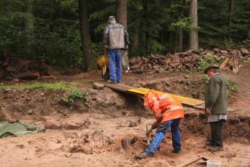 Im Regen sind die Erdarbeiten eine echte Plackerei. Doch Dieter, Ingbert und Horst trotzten heute dem Wetter.