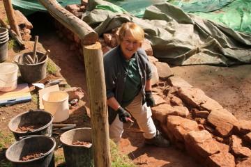 Gertrud hat eine Maurerkelle in der Hand, dabei ist die Mauersanierung doch erst für nächstes Jahr geplant.