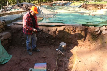 Im Friedhof birgt Christian die letzten Skelette. Zum Glück lässt das goldene Oktoberwetter dies zu.