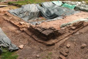 Die Mauerecke der Klosterklausur fasst die Grabungsflächen im Westen ein.