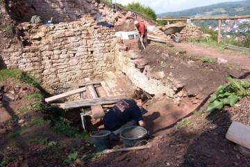 Der Burggraben vor dem äußeren Tor während der Freilegung 2005. Blickrichtung: Nordwest.