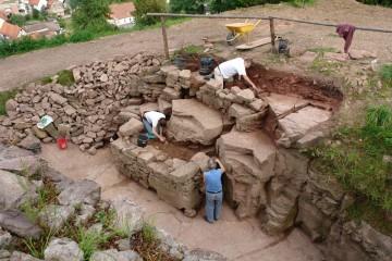 Der vollständig ausgegrabene Burggraben 2007, Blickrichtung: Nordost.